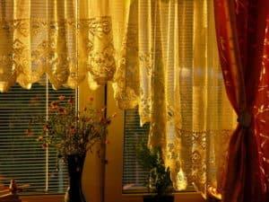 Gardinen lassen sich mit Hausmitteln effektiv reinigen und pflegen