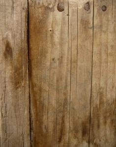 Stockflecken im Holz lassen sich mit einfachen Hausmitteln entfernen