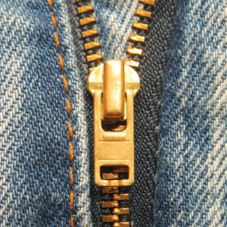 Der Reißverschluss an einer Jeans kann bei defekt repariert oder ausgetauscht werdenDer Reißverschluss an einer Jeans kann bei defekt repariert oder ausgetauscht werden