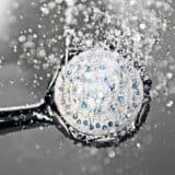 Die besten Entkalker für einen verstopften Duschkopf finden sich in jedem Zuhause