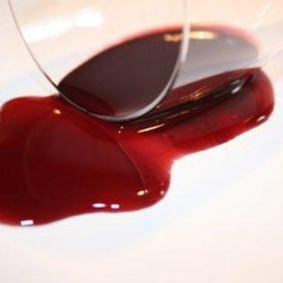 Ein frischer Rotweinfleck auf der Tischdecke - mit Hausmitteln schnell zu säubern