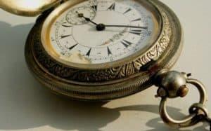 Eine alte Uhr aus Silber kann mit Hausmitteln wieder sauber werden