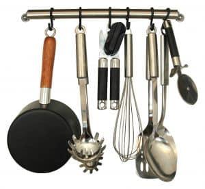Küchenutensilien zusammen am Herd aufhängen schafft Ordnung in der Küche
