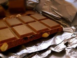 Schokolade: Mit Hausmitteln aus Stoffen, Teppich und Polstern schnell entfernbar.