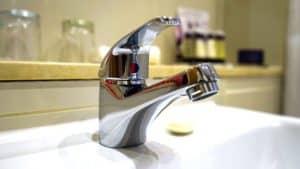 So sollte der Wasserhahn nach dem Entkalken mit Hausmitteln aussehen: sauber und glänzend!