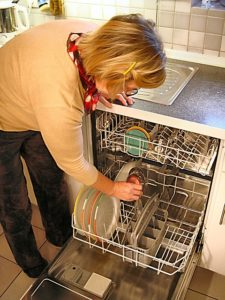 Spülmaschinen können mit Hausmitteln einfach von Kalkablagerungen gereinigt werden