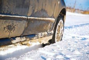 Streusalzflecken am und im Auto im Winter