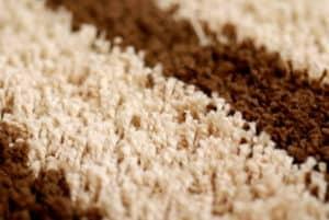 Um Harz im Teppich richtig rauszubekommen muss man die verschmutzte Stelle in einem Lösemittel tränken